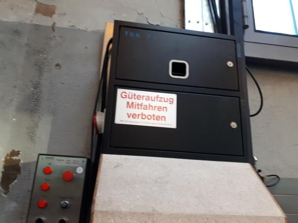 Güteraufzug - Mitfahren verboten